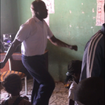 De hoofdmeester danst net zo hard mee